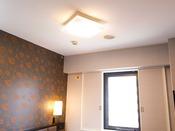 リニューアルにて導入、客室のシーリングライトです