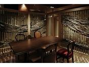 個室お食事処の各食事スペースは流木と竹の飾り壁と襖で区切ったプライベート空間。珍しい囲炉裏を内蔵したイステーブル席で丹後の美味旬彩をごゆっくりお楽しみください