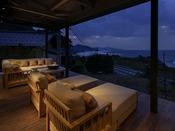 新設のライブラリー棟テラス席には海外リゾートでよく見るような屋外用ソファーをご準備ゴロリ寝転び日本海の海の風情を存分に楽しむ海のリゾートとして優雅な非日常感に浸って頂けます