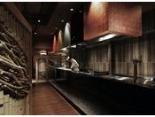 間人蟹や津居山蟹、食べる直前まで生きているカニを目の前でさばくカニ解体ショーが人気の個室お食事処のライブキッチン