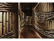 竹2000本と流木2000本がお出迎え幻想的な雰囲気の小道を通り各客室の個室スペースに丹後の白波をダイナミックに表現した様に目を奪われる独特の空間
