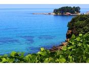 夏の日本海の鮮やかな青色に目を奪われる