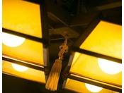 【お部屋】柔らかな明かりが優しく包み込む館内。都会の喧騒を離れて、のんびりとお過ごしください。