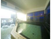 【男性内風呂】食事の後のお風呂は格別。湯けむりの向こうには、川越しに日光の山々の風景が広がります。