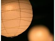【灯り】奈良時代から受け継がれる烏山和紙。その風合いが、明かりも温かなものへと変えていきます。