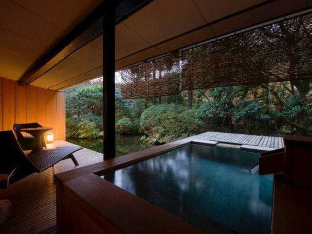 【和洋室露天風呂付 70平米】プライベートに温泉を満喫できる客室露天風呂。