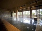 離れの温泉「海音の森」檜の浴槽