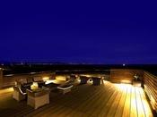 屋上ステラテラスから夜空を彩る星たちを眺める