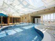 一年中ご利用頂けるリゾート感溢れる屋内温水プール
