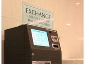 ロビーに自動外貨両替機を設置しています。