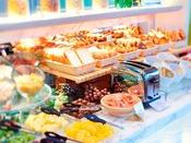 【朝食】洋食ブッフェ/毎日焼きたてのパンが並ぶ