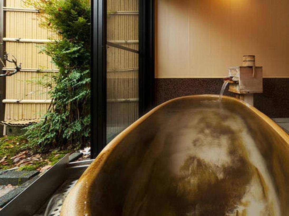 陶器造りの露天風呂で庭園を眺めながらのんびりとお過ごし頂ける客室「水仙」
