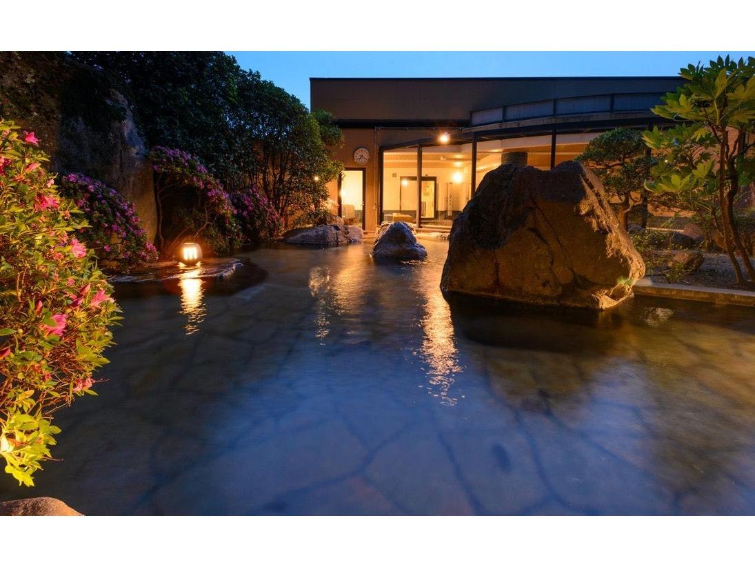 【男女別露天風呂】自然に囲まれた開放的な露天風呂。