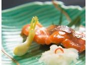 【お料理】「プレミアムヤシオマスの西京焼き」脂の旨みを感じる一品。ぜひ白ご飯とお召し上がりください。