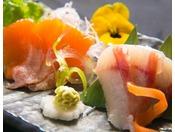 【プレミアムヤシオマス】上質な脂で、口当たりはあっさりしたヤシオマス。ブランド魚を贅沢にお造りで。他にも新鮮な川魚のお刺身をご用意しております。