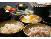 ご朝食には数種類のご飯を楽しめます。地元で採れたコシヒカリを当館で精米し、地元のお水で炊き上げました。お水との相性抜群で美味です。八穀米やクコの実の薬膳粥もご用意しております。健康に良いご飯をお楽しみください。