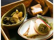 【お料理】季節の地元産山菜を昔懐かしく仕上げました。他のお料理を優しく盛り立てます。