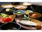 日替わりの手作りのご朝食です。季節の旬の食材でお作りしますので、日ごとにお献立が変わってまいります。季節感も感じられるご朝食です。