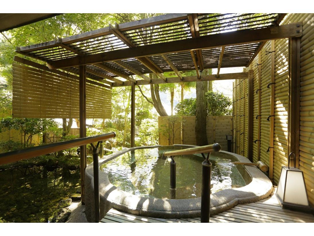 海石榴の大浴場内にある露天風呂。まあるく椿の形をかたどった露天風呂。瀬音を背に、ゆっくり浸かるのも風情があります。