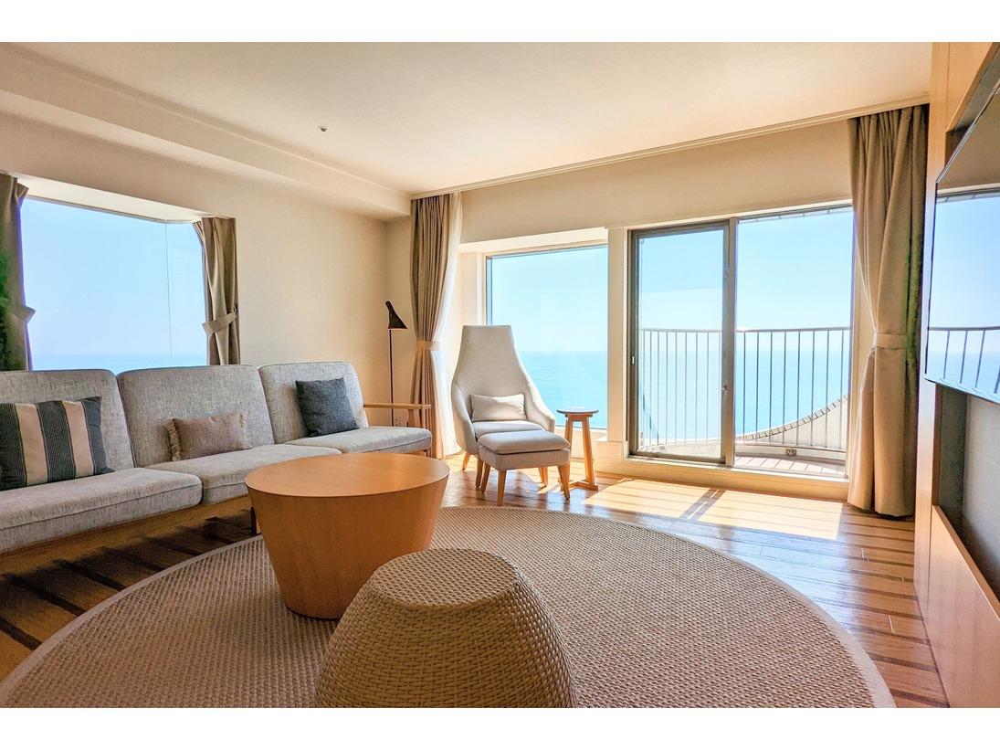 最大4名さままでご利用いただける、角部屋の客室。水平線から昇る朝日や、晴れた日には江ノ島まで見渡せます。