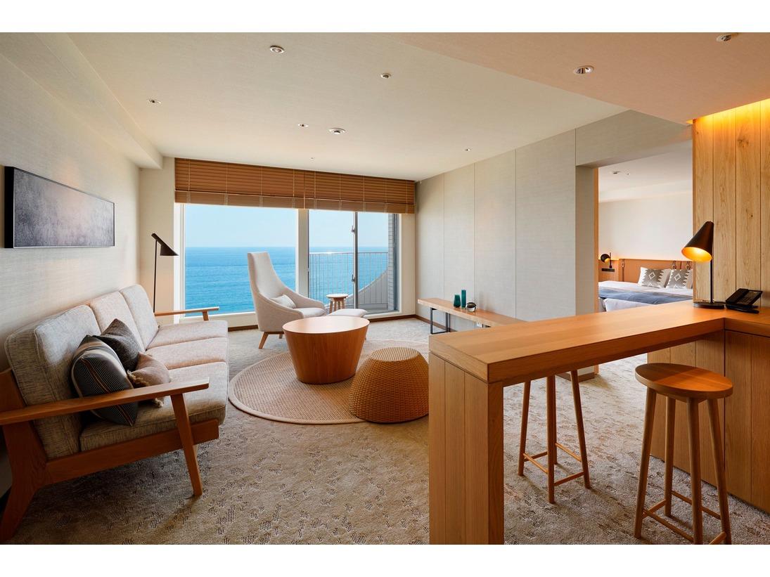 最上階海側2部屋を1部屋へ改装。ウッドのハイカウンターもあり、滞在時間をお楽しみいただけます。