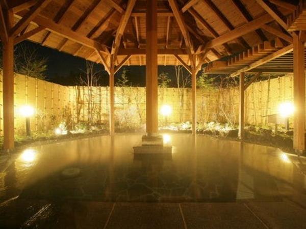 夜の露天風呂はとても幻想的です