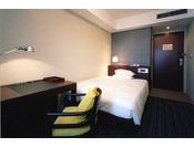 スタンダードセミダブル (Central Side客室)22平米のお部屋にセミダブルベッドを1台設置。快適にお過ごしいただくための機能が充実しています。