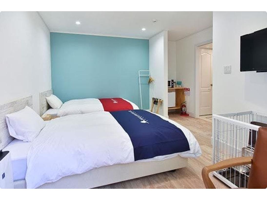 ブルー101の内観です。 ツインのベッドに並んでワンちゃんのケージがございます。 「川の字」?になってお休みいただけます。