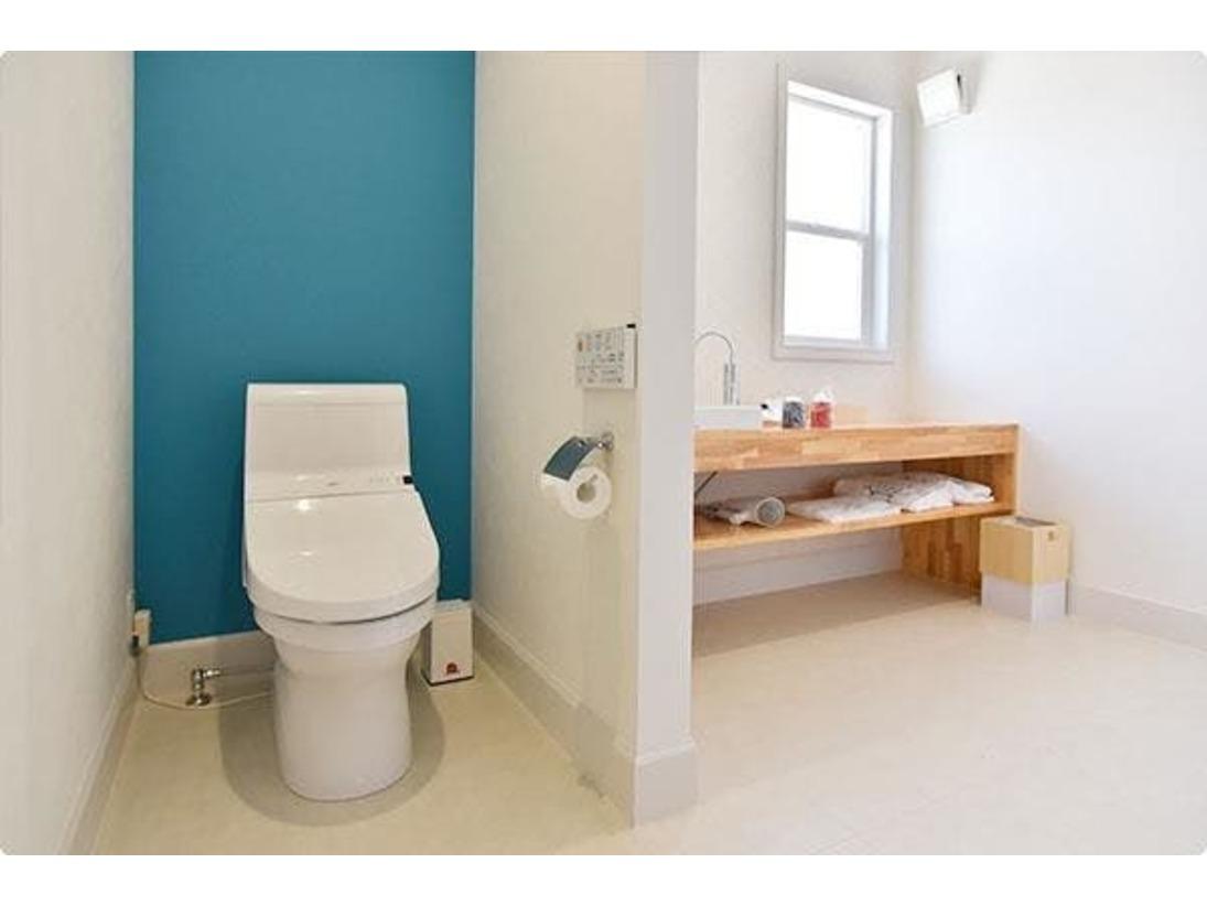 レッド202のトイレです。 一風変わった欧米調の間取りとなっております。