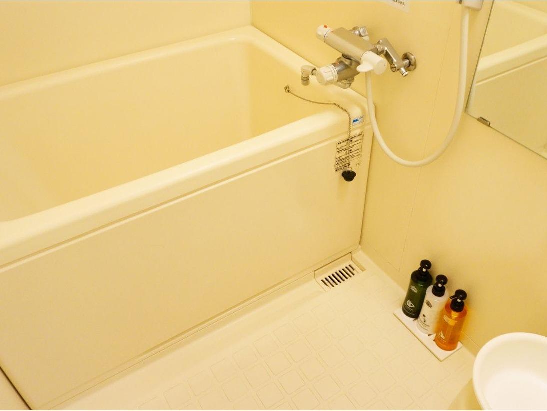 【独立型バスルーム】 全室独立型バスルームです。 バスタブ外の洗い場で、座って体が洗えます。