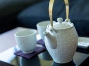 【客室内茶器】客室内に備え付けの茶器です。京都らしい和の風情を感じられます(スイートルームのみ)。
