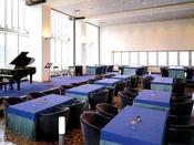 レストラン「セブンスヘブン(昼)」大きなガラス張りのスペースで伊豆大島、新島から房総半島までも望む眺望をお楽しみいただけます。