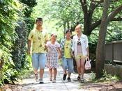 川良横の海まで続く松川遊歩道は、四季散歩が楽しめます。<当館から徒歩約3分>