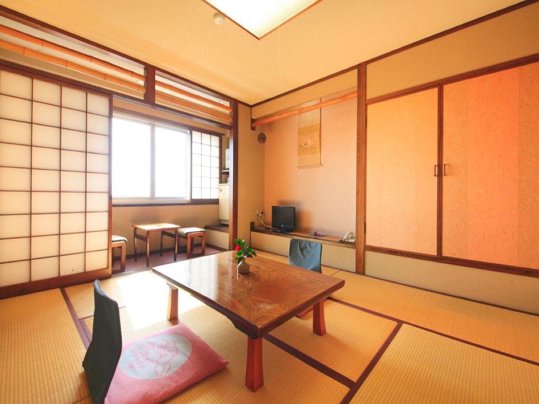 【海側 和室客室5】 (8畳~12畳)海側の窓を開けて、潮風を肌に感じることができます。