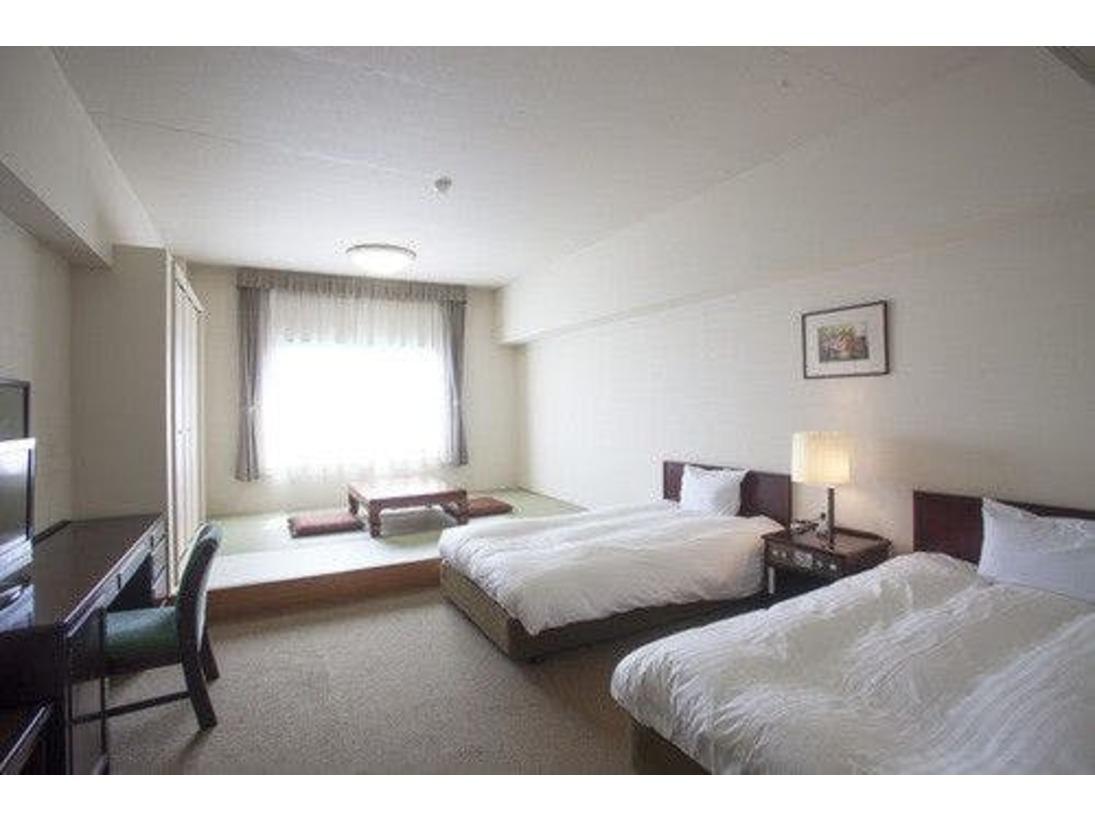 ベット2台に畳約5畳のスペースがございます(畳の上に寝具を敷く事は出来ません)