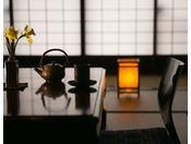 【お部屋】徳川家由来の小砂焼の急須と湯呑で一服。普段はできないお話をしてみてはいかがでしょうか。