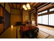 テラスからは眼下に那珂川を一望できます。客室は古民家風の梁の見えるお部屋です。昔ながらの情緒が漂います。