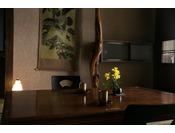 【お部屋】お部屋では季節の花がお出迎え。日常から少し離れて、優しく流れる時間をお楽しみください。