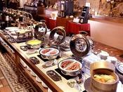 朝食:和洋ブッフェ 1階「グランカフェ」。ブッフェ台のメニューの他、オーダーを受けてから作るオムレツやフライドエッグも。朝の時間をごゆっくりお過ごしください。
