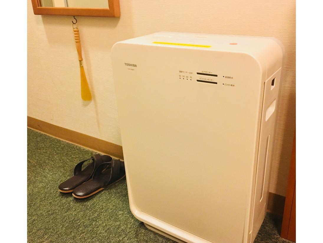 各お部屋に加湿器を併用した空気清浄機を設置しております。