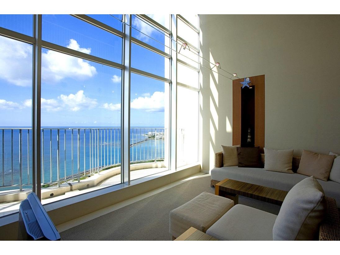 ホテル最上階に位置するメゾネットタイプ。吹き抜けと一面の大きなガラス窓が特徴のリビングは、とても開放的です。ベッドルームが上下階に分かれており、ファミリーやグループでのご利用に最適です。※位置によって景観が異なります。