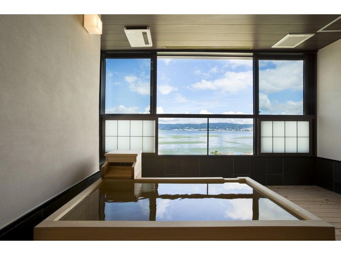 ワイドタイプ露天風呂。開放感ある空間。冷暖房完備。冬でも寛げる。
