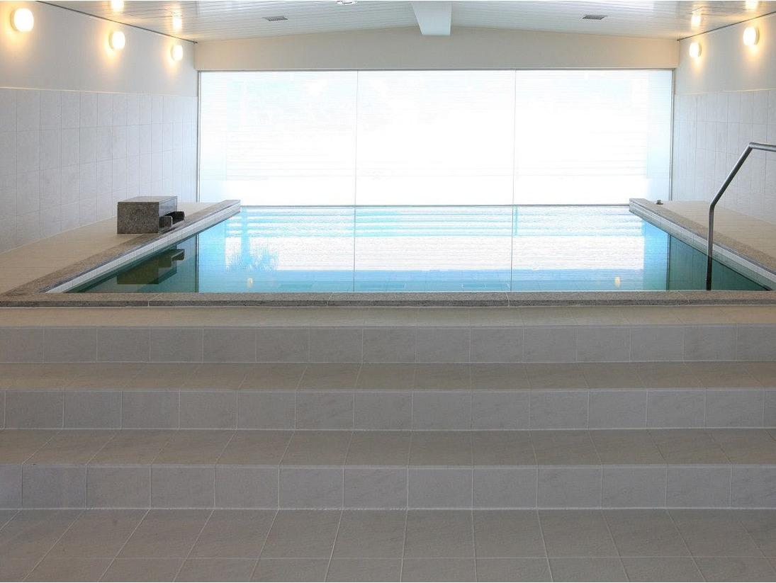 【潮風】白を基調とした清潔感ある大浴場。内湯からも白良浜の眺望をご覧いただけます