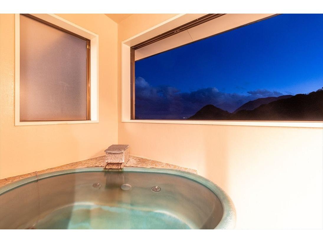 【紫陽花】リビングルームとフランス社製ツインベッド。客室露天は陶器になります