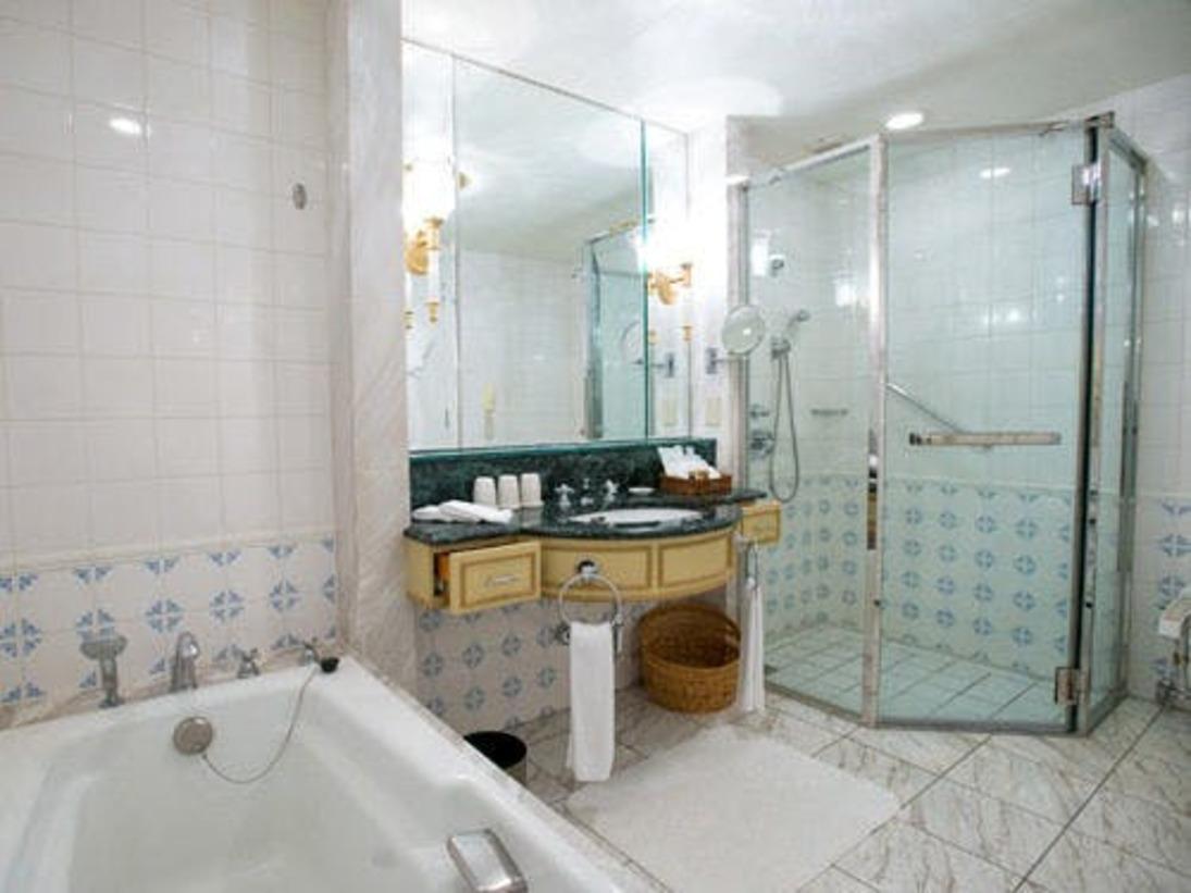 デラックスバスルームデラックスタイプ以上のお部屋には、独立したシャワーブースのあるバスルームがございます。