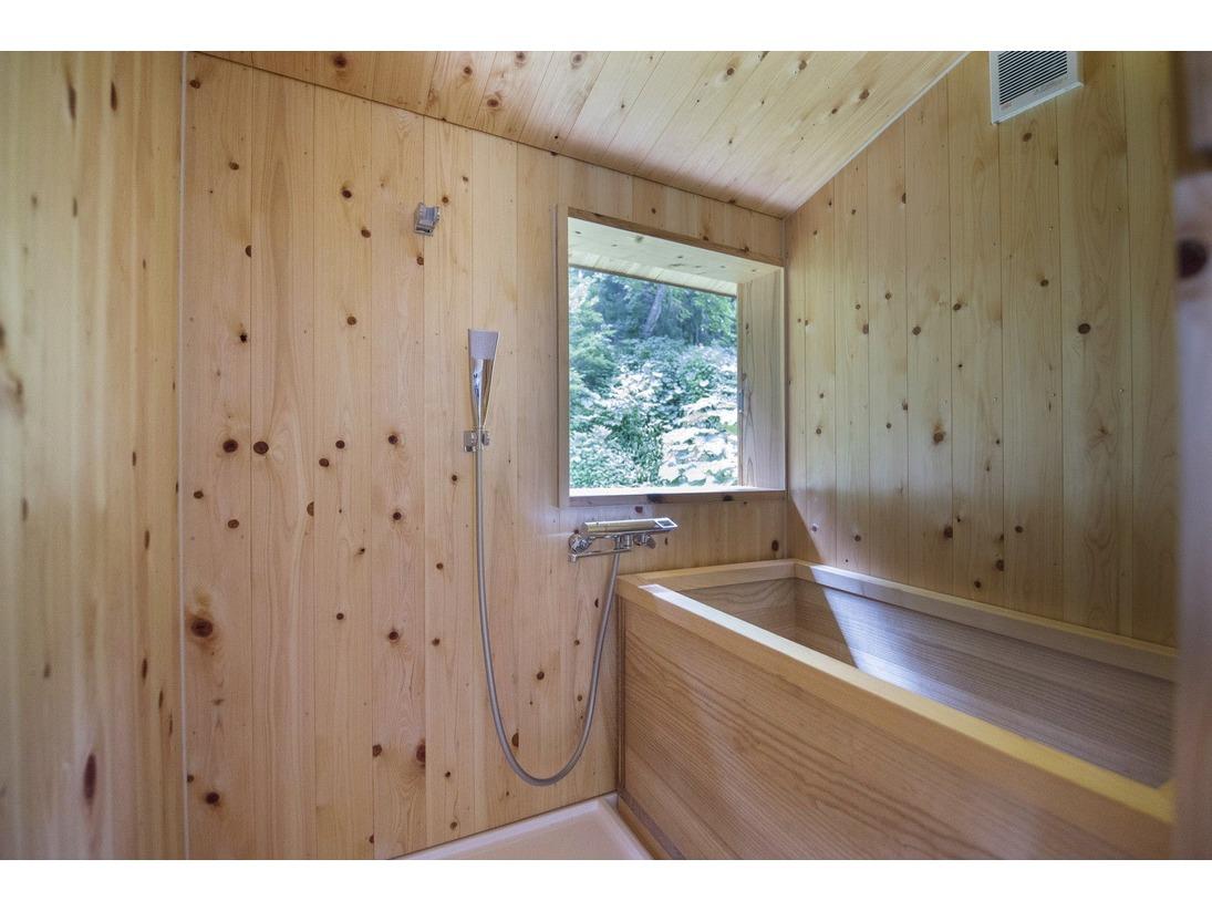 地元の桐の木で作られた浴槽とヒノキ作りの壁。樹の香り漂うお風呂です。