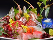 毎朝魚市場に揚がる地魚。損得勘定なしに厳選した一番ネタだけをお届けします・・。