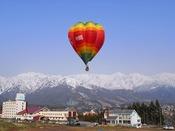 GWや夏休み期間の特定日に実施する、ホテル目の前であがる熱気球係留体験。高いところから眺める絶景は他ではまねできないもの。