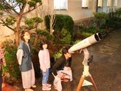4月から10月まで(7月20日ころから8月末までの夏休み期間除く)は週に三度ほど星空観察会も実施しています。詳細日程はお問い合わせください(基本火曜、木曜、日曜の夜実施)