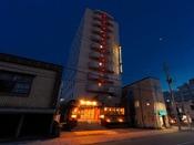 アパホテル〈青森駅東〉の夜の外観です。